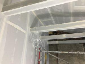 Byggnation av innervägar, byggnation av balkongen och del av taket, läggning av parkett.